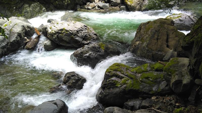 小さい滝の画像